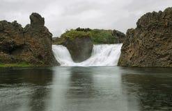 Hjalparfoss-Wasserfall Stockfoto