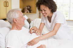hjälpande mansjuksköterskapensionär Royaltyfri Bild