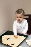 Hjälpande moder för flicka i kök Royaltyfri Bild