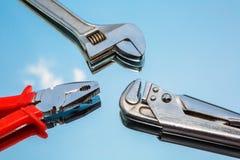 Hjälpmedel plattång, skiftnyckel, justerbar skiftnyckel Fotografering för Bildbyråer