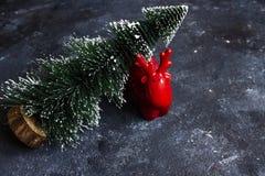Hjortar som symbol av det nya året semestrar med det lilla trädet royaltyfria foton