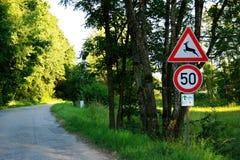 Hjortvarning och hastighetsbegränsning Arkivbilder