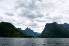 Hjorundfjorden海湾剧烈的晚上视图  免版税库存图片