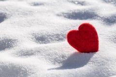 Hjärta för valentindagförälskelse i snö Arkivbilder