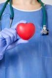Hjärta i kirurgs hand Arkivbilder