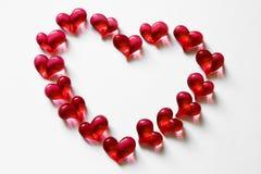Hjärta-inrama gjort av exponeringsglas pryder med pärlor över vit Royaltyfri Fotografi