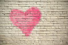 Hjärta på en tegelstenvägg Fotografering för Bildbyråer