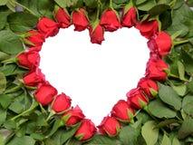 Hjärta som göras av röda rosor med stammen Arkivfoton