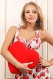 hjärta som rymmer den sexiga kvinnan ung Royaltyfri Fotografi