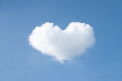 Hjärtaformmoln på himmel Arkivbilder