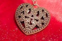Hjärtahänge på silke Royaltyfri Foto