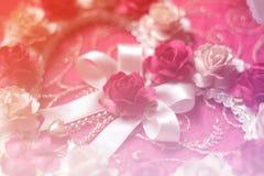 Hjärtor från rosblomman på rosa färger skyler över brister bakgrund, valentindag, Royaltyfri Fotografi