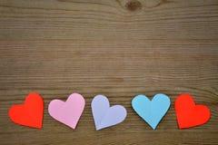 Hjärtor på trätextur Hjärta för två rosa färg Royaltyfri Foto