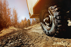 Hjul av bilen SUV på den offroad bakgrunden Arkivbilder