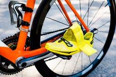 Hjul av cykeln, orange ram, gult cykla Royaltyfria Foton