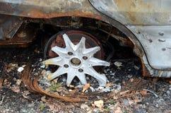 Hjul av den brända bilen Royaltyfria Foton