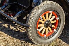 Hjul av den gamla bilen Arkivbild