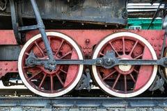 Hjul av den gamla lokomotivet av röd färg och beståndsdelarna av drevet royaltyfria foton