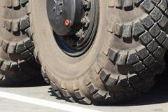 Hjul av den militära lastbilen Ståta av seger i Ukraina royaltyfri foto