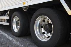 Hjul av den stora lastbilen Arkivbild
