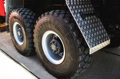 Hjul av den stora lastbilen och släp Royaltyfri Bild
