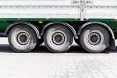 Hjul av den stora lastbilen och släp på parkeringsplatsen Arkivfoton