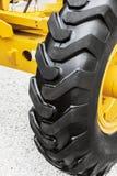 Hjul av den stora traktoren eller annan konstruktionsutrustning Royaltyfri Foto