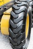 Hjul av den stora traktoren eller annan konstruktionsutrustning Royaltyfria Bilder