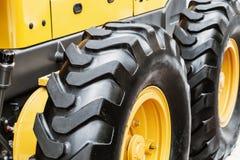 Hjul av den stora traktoren eller annan konstruktionsutrustning Royaltyfri Bild