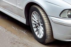Hjul av en smutsig bil royaltyfri bild