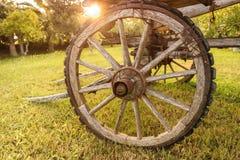 Hjul av en tappningvagn royaltyfria bilder
