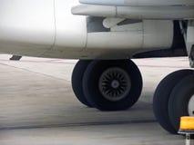 Hjul av ett flygplan Arkivfoto
