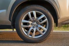 Hjul av ett medel 4x4 arkivfoton