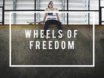Hjul av frihetsskateboradåkarepojken som åker skridskor Skateboarding begrepp Arkivbilder