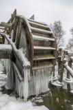 Hjul av gammal watermill i Krasnikovo, Kursk region som täckas med istappar Arkivfoto