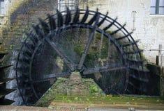 Hjul av historisk watermill Arkivbilder