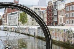 Hjul för cykel` s nära blommamarknaden och några historiska byggnader Royaltyfria Foton