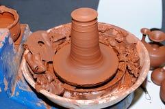 Hjul för keramiker` s med förberedelsen från rå lera Arkivbild