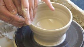 Hjul för lera för hantverkare för hantverk för krukmakeriseminarium handgjort arkivfilmer