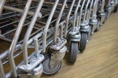Hjul för shoppingvagn Arkivfoton