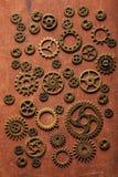 Hjul för Steampunk mekaniska kuggekugghjul på träbakgrund Arkivfoton
