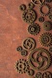 Hjul för Steampunk mekaniska kuggekugghjul på träbakgrund Royaltyfri Bild