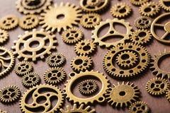 Hjul för Steampunk mekaniska kuggekugghjul på träbakgrund Royaltyfri Fotografi