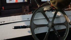 Hjul för styrning för skepp för Fisher manrullning arkivfilmer