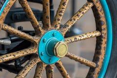 Hjul för tappningträekerbil Närbild av wood eker royaltyfria bilder