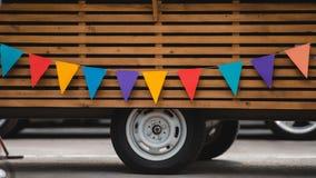 hjul och den nedersta delen av mat åker lastbil med färgrika flaggor royaltyfri foto
