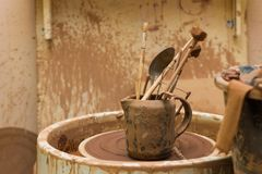 Hjul och hjälpmedel för keramiker` s Royaltyfria Bilder