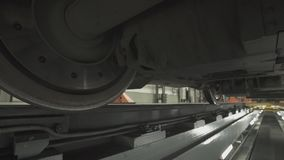 Hjul på chassier av drevvagnar på seminariet i fabrik lager videofilmer
