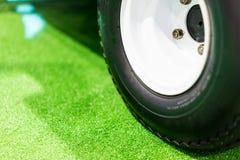 Hjul på gräsgräsplanen Arkivfoton