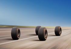 Hjul rusar på vägen Arkivfoton